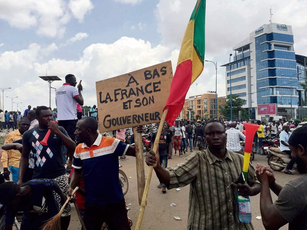 После военного переворота, в результате которого избранный президент Ибрагим Бубакар Кейта был отстранён от власти, Мали оказалась в большей изоляции, чем когда-либо. И по-прежнему под французской оккупацией.
