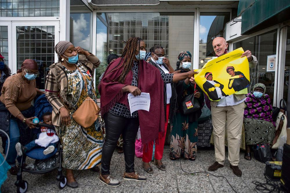 Спустя через четырнадцать месяцев после начала забастовки горничные снова организовали пикет перед отелем группы Accor. Они как никогда полны решимости положить конец несправедливому отношению со стороны руководства.