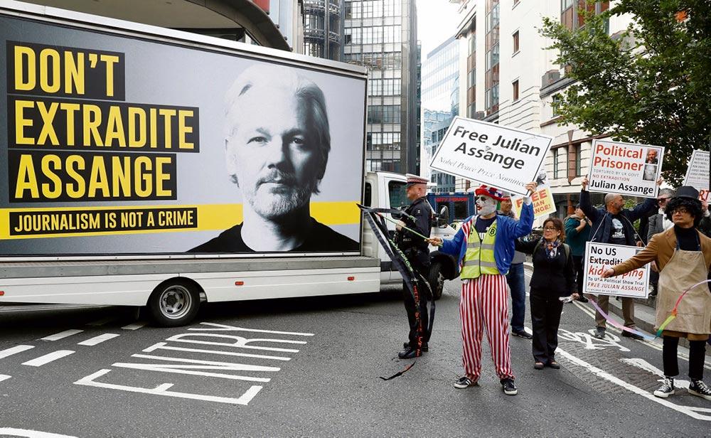 С прошлого понедельника основатель сайта WikiLeaks, которому угрожает экстрадиция в США, снова оказался на скамье подсудимых лондонского суда. Отдохнувший за лето Госдепартамент США, набравшись сил, выдвигает против Джулиана Ассанжа новые обвинения.