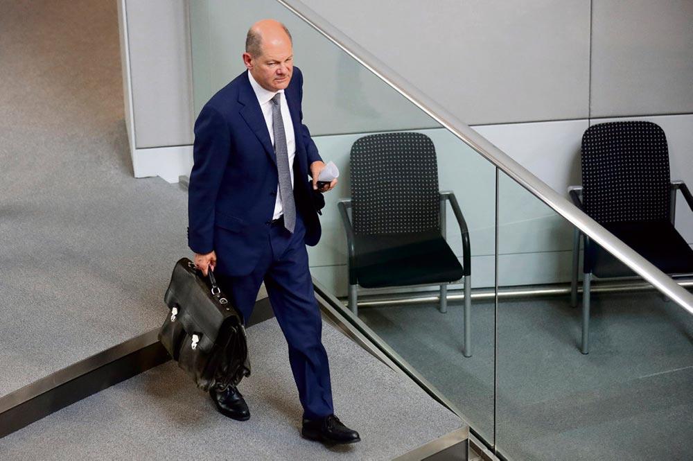 Министр финансов Германии, кандидат от Социал-демократической партии Германии (СДПГ) на пост федерального канцлера на выборах 2021, уже будучи фигурантом дела Wirecard, подозревается в махинациях, связанных с отменой штрафа банку, получившему его за уклонение от уплаты налогов. Его предвыборные перспективы сходят на нет.