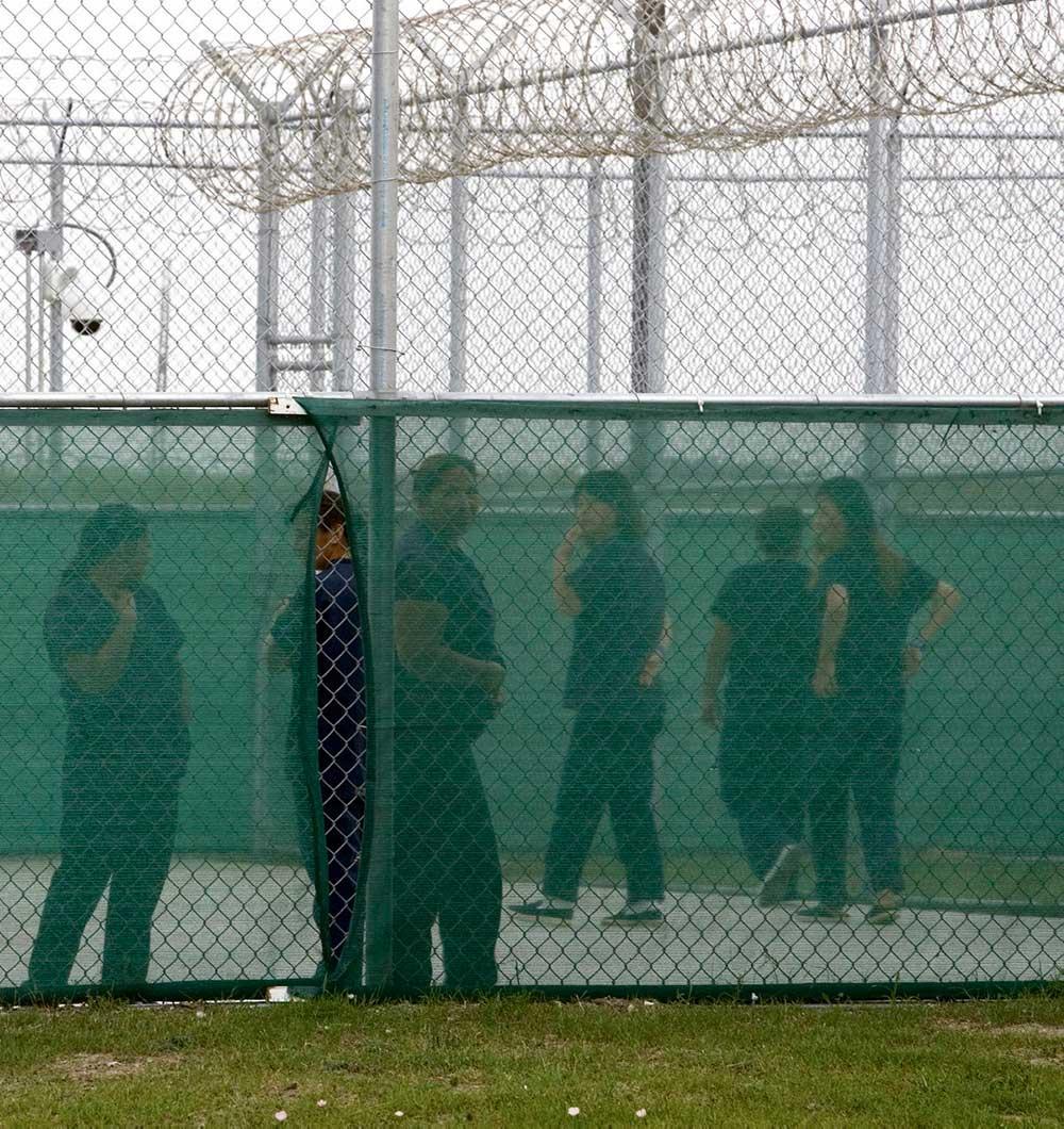 Медсестра рассказала о регулярных операциях, проводимых над женщинами латиноамериканского происхождения в центре временного содержания мигрантов. Жуткий результат ксенофобских настроений, поддерживаемых Белым домом.