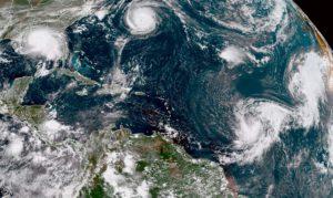 Над северной частью Атлантического океана было зафиксировано одновременное прохождение пяти ураганов. Такого не случалось с 1971 года. Один из них, «Салли» угрожает мощными наводнениями побережью Мексиканского залива.