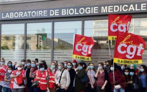 Правительство объявило об увеличении проводимых тестов. Проблема в том, что работники медицинских лабораторий, обрабатывающие ПЦР тесты на коронавирус, трудятся в тяжёлых условиях. Опасения люди высказывают во время протестных акций.