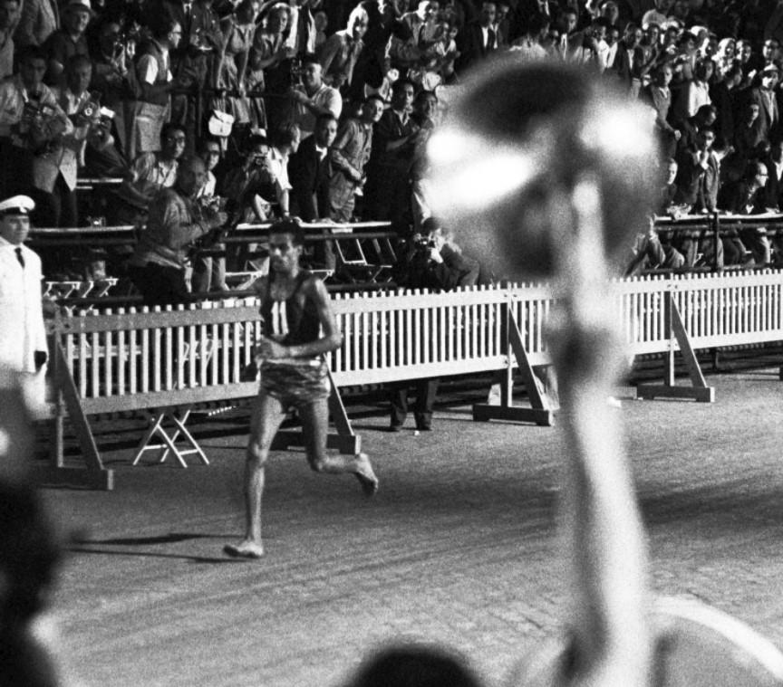 В субботу, 10 сентября 1960 года, в 17.30 на Олимпийских играх в Риме стартовал марафон. По традиции эта гонка завершала двухнедельную Олимпиаду, проходившую в те дни в столице Италии. А чтобы спортсмены не страдали от жары, которая обычна летом для этого региона, марафон начали вечером – так что половину дистанции бегуны преодолевали в темноте.