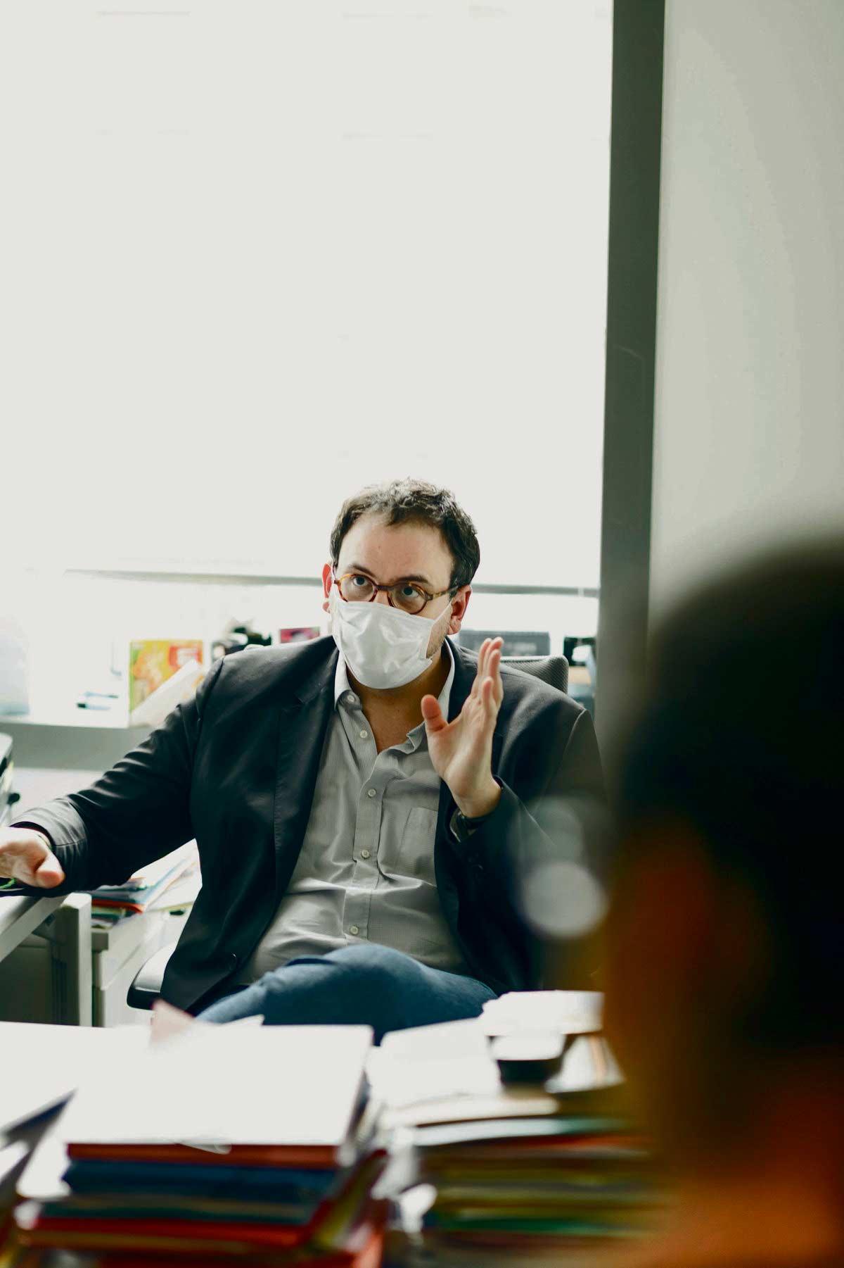 Генеральный директор Регионального агентства по здравоохранению (ARS) Иль-де-Франс Орельен Руссо полагает, что мы вступили «в период, когда нам придётся жить бок о бок с коронавирусом». Само ARS критикуют все и вся.