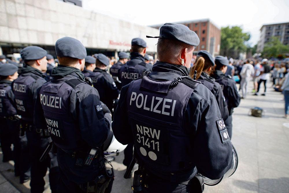 В районе Дюссельдорфа разоблачена новая сеть ультрас в рядах полиции, что свидетельствует о широкой распространённости национализма и ксенофобии в немецком обществе.