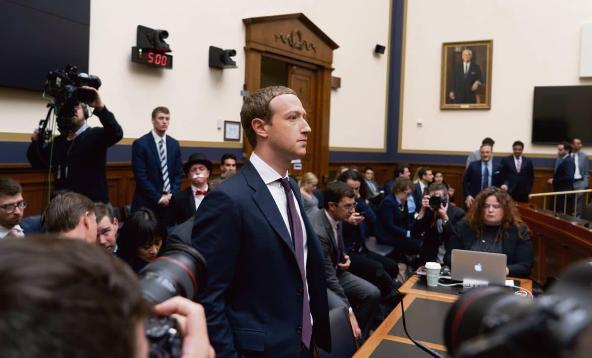 Новые сведения, полученные от одной сотрудницы, раскрывают, до какой степени в социальной сети Facebook практикуется дестабилизация и манипуляции. А её создатель не видит в этом ничего плохого. Цукерберг, восхищающийся римскими императорами, не очень-то беспокоится о демократии.