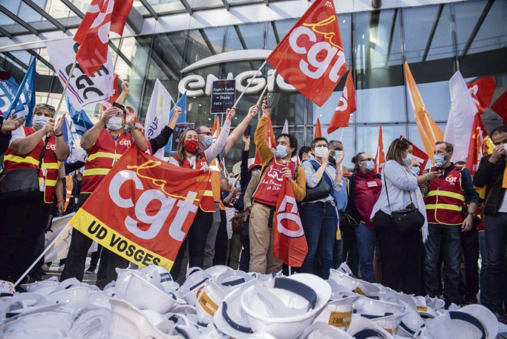 22 сентября сотни сотрудников группы компаний Suez, специализирующейся на водоснабжении и утилизации отходов, провели шумную акцию протеста в квартале Ла-Дефанс, перед небоскрёбом, в котором находится штаб-квартира энергетической компании Engie, их крупнейшего акционера. Основное требование - отвергнуть предложение Veolia, которое было одобрено руководством энергетического гиганта.