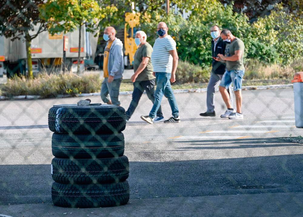 Спустя неделю после объявления о закрытии завода Bridgestone и сокращении 863 рабочих мест недовольство рабочих завода продолжает расти. Они отстаивают своё право на труд и обличают руководство, развалившее производство.