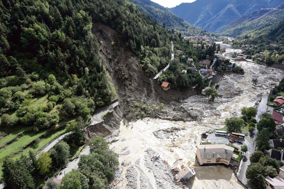 В Приморских Альпах местные жители пострадавших зон неохотно общаются с журналистами. Слушать их рассказы тяжело, люди не знают, что им делать. Репортаж из деревни Брей-сюр-Руайа, попасть в которую стало возможно только через два дня после катастрофы.