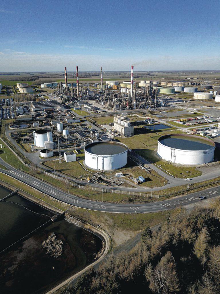 Во вторник сотрудники транснациональной корпорации собираются провести акцию протеста против реструктуризации нефтеперерабатывающего завода в Гранпюи...