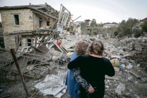 В Степанакерте 26-летней Ани Минасян, директору Общественного радио Арцаха, несмотря на бомбардировки удаётся передавать новости жителям Нагорного Карабаха.
