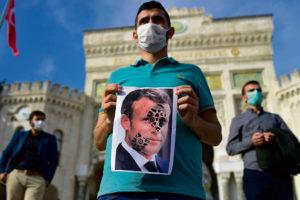 Подливая масла в огонь и призывая бойкотировать французские товары, Реджеп Тайип Эрдоган пытается закрепить за своей страной вполне определённое место в региональной и международной иерархии.