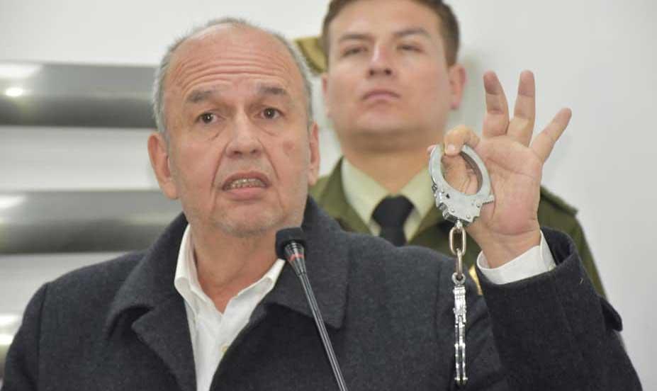 Незадолго до голосования министр внутренних дел Боливии, сторонник путчистов Артуро Мурийо пригрозил выслать из страны иностранных наблюдателей, настроенных, по его мнению, слишком критически. Некоторые из них подверглись атакам со стороны ультраправых.