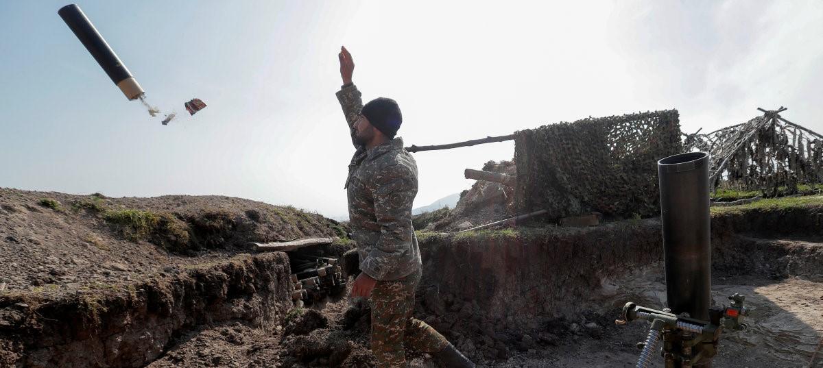 Через месяц после начала столкновений в Карабахе территория боевых действий сместилась к югу. Обе воюющие стороны отвергают дипломатический путь решения этой проблемы.