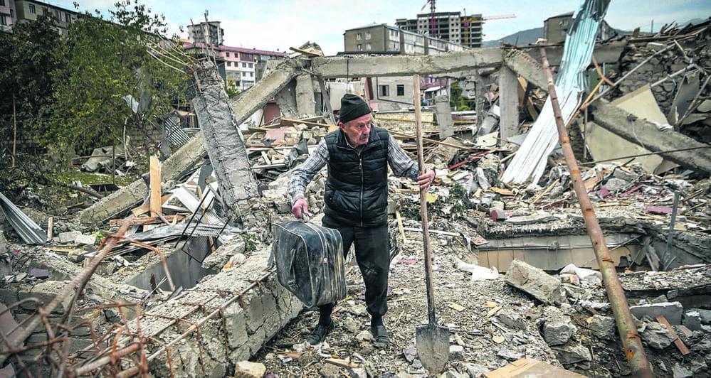 В прошлую субботу в середине дня вступило в силу соглашение о прекращении огня в Нагорном Карабахе. Это перемирие стало возможным благодаря переговорам, начавшимся в пятницу в Москве между министрами иностранных дел Армении и Азербайджана. В то же время, в зоне военного конфликта продолжались бомбардировки в районе Степанакерта и Гянджи.