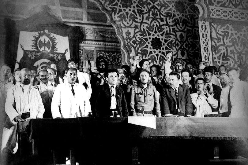 Важнейшим отличием революционного процесса 1917-1921 гг. от революций 1848 года стал его всемирный характер. Народные движения, восстания, забастовки, революции помимо Европы охватили страны Азии, Африки и Латинской Америки. Если в развитых странах выступления трудящихся шли преимущественно под социалистическими лозунгами, то в периферийных и колониальных странах восставшие, главным образом крестьяне и мелкая буржуазия, выступали с требованиями демократизации, национального освобождения, аграрной реформы и т. п. В 1918 году рисовые бунты потрясли Японию, а в Турции началась национально-освободительная война. На следующий год произошли революции в Египте и Китае, восстание в Корее. Эти массовые движения вовлекли миллионы людей и во многих случаях достигли значительных успехов.