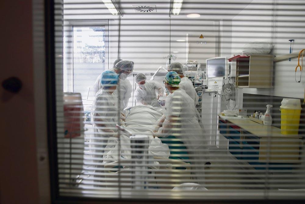 «У нас больше нет выбора. Судя по всему, нам придётся снова уходить на самоизоляцию», – заявил 26 октября заведующий инфекционным отделением больницы Питье-Сальпетриер (Париж), эпидемиолог Эрик Ком. «Мы движемся к карантину»,– поддерживает его Жан Роттнер, президент региона Гранд-Эст, особенно пострадавшего во время первой волны пандемии.