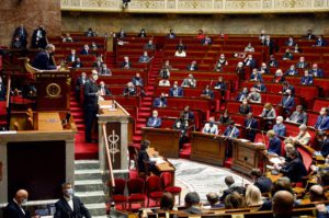 Депутаты большинства проголосовали за введение карантина. Оппозиция раскритиковала исполнительную власть, которая принимает подобные решения без обсуждения со всеми сенаторами.