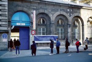 В разгар санитарного кризиса государственные чиновники решили приостановить работу этой службы и перебросить медицинский персонал в другие лечебные учреждения региона Иль-де-Франс.