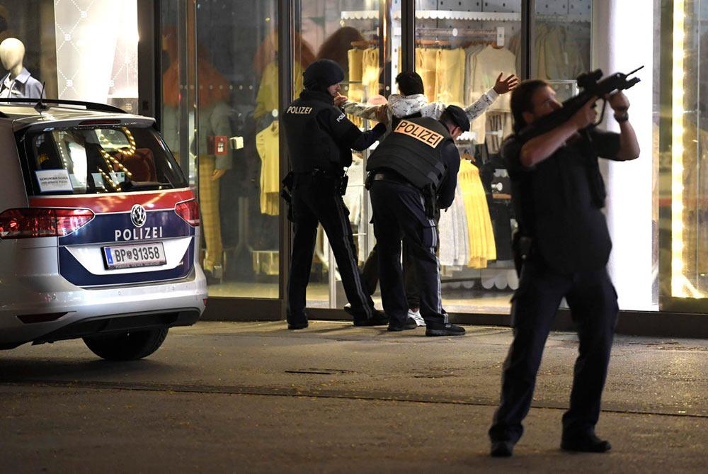 В понедельник вечером в австрийской столице сразу в шести местах началась стрельба. Погибло не менее четырёх человек, один из террористов был убит полицией. Идёт розыск второго террориста с целью установления других возможных соучастников этого преступления.