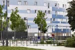 В открытом письме представители городской администрации многих городов просят президента Франции принять срочные меры по сокращению неравенства в так называемых приоритетных зонах и выделить на это 1 % от 100 миллиардов евро, предусмотренных планом восстановления экономики.
