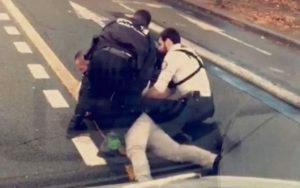 Арье Алими – адвокат семьи Седрика Шувиа, 42-летнего курьера, скончавшегося после задержания полицией. В поисках свидетелей он собрал видеозаписи, сделанные очевидцами, что, вопреки ожиданиям, позволило начать расследование.