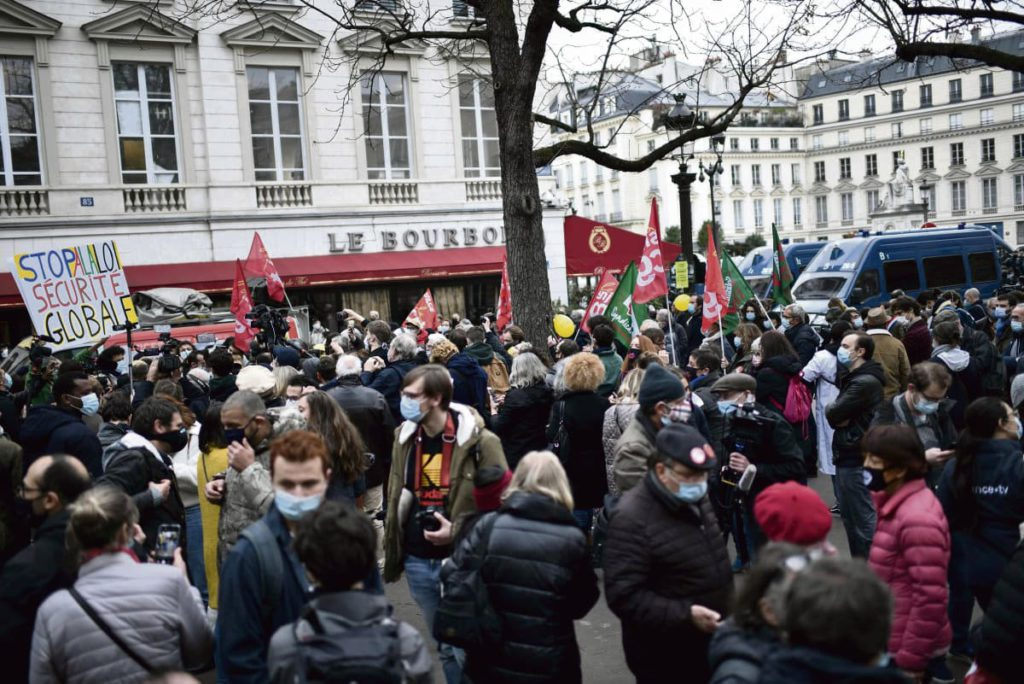В Национальной ассамблее начинается обсуждения закона о безопасности, предложенного пропрезидентским большинством. А возле здания парламента французы собрались на манифестацию. В зале заседаний депутаты от левых партий поддерживают опасения протестующих.