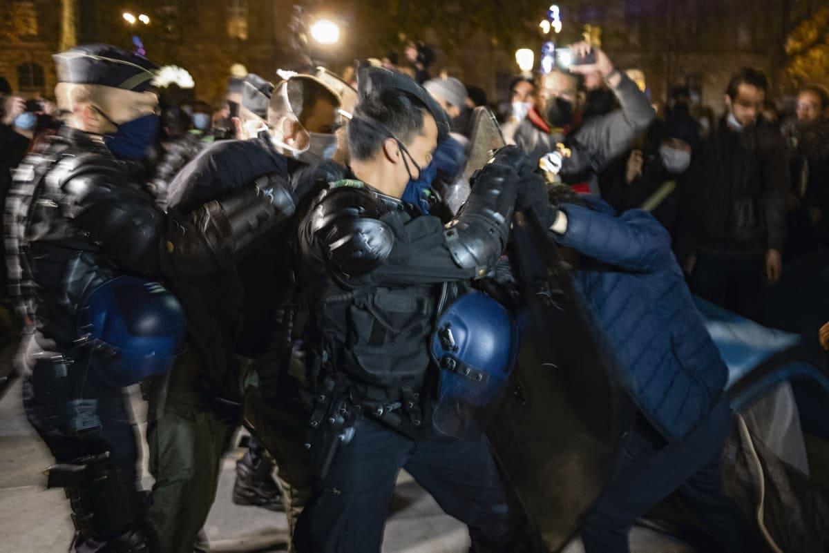 В понедельник вечером 450 беженцев и поддерживающие их граждане попытались устроить на площади Республики протестную акцию по поводу отвратительных условий жизни, разбив показательный палаточный лагерь. Префектура жёстко пресекла эту инициативу. Долгий вечер в атмосфере полицейского насилия.