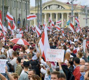 Несмотря на то, что события в Белоруссии не переросли в масштабный конфликт, как это случилось на Украине шесть лет тому назад, охлаждение в отношениях между ЕС и Россией ощущается всё более отчётливо. Молдавия, Грузия, Армения... столкновения множатся, выстраиваются в линию разлома и создают возможности для расширения ЕС. Только вот настоящее «восточное партнёрство» без участия Москвы невозможно.
