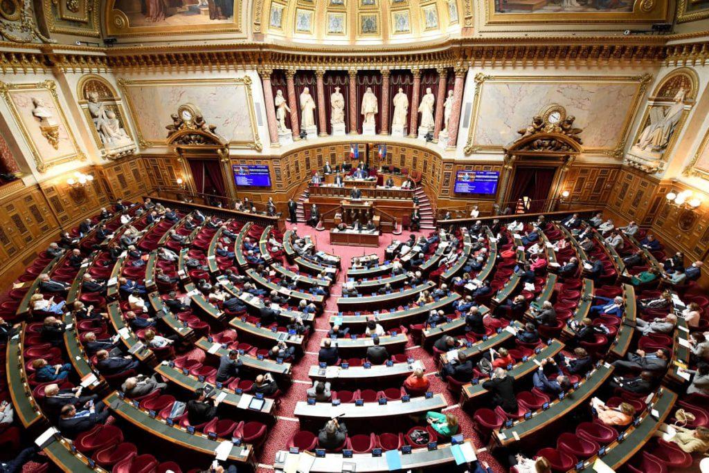 Сенаторы-республиканцы (LR) проголосовали за то, чтобы повысить возраст выхода на пенсию до 63 лет и предлагают правительству вернуться к работе над этой реформой.