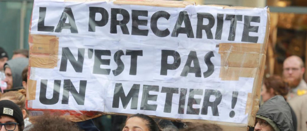 Исследование под названием «Мнение молодых французов во время коронавируса: настроение, место в обществе и последствия санитарного кризиса», проведённое французским институтом общественного мнения IFOP в начале октября по заказу La Tribune и Europe 1, показало: 87% молодых респондентов согласны с утверждением, что «молодым поколениям предстоит в течение десятилетий платить долги, возникшие во время кризиса, вызванного коронавирусом», 78% опрошенных сожалеют о том, что не могут вести привычную общественную и эмоциональную жизнь, 66% считают, что их несправедливо обвиняют в начале второй волны.