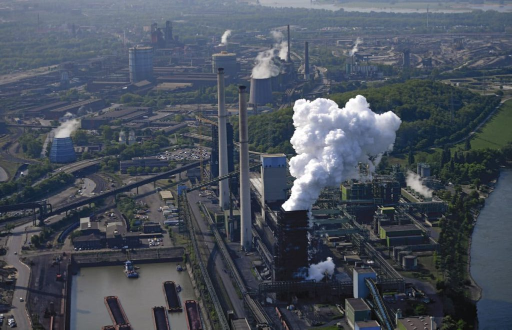 Пострадавший от экономического кризиса и снижения спроса на сталь, крупнейший сталелитейный концерн пожинает плоды своих безумных финансовых авантюр. Бесхозяйственность, начавшаяся в середине 2000-х годов на волне ультралиберальных реформ, нанесла серьёзный ущерб некогда образцовому промышленному предприятию Германии. Репортаж о разделении компании, которое ставит под угрозу 160 000 рабочих мест во всём мире.