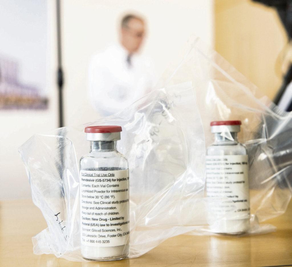 В пятницу ВОЗ отозвала свои рекомендации по использованию этого антивирусного препарата. Однако для Европейского союза было слишком поздно, он уже сделал запасы на своих складах. Зато американская компания из Калифорнии Gilead успела получить прибыль. Она позаботилась о том, чтобы скрыть от своих клиентов плохие результаты клинических испытаний Ремдесивира при лечении Covid-19…
