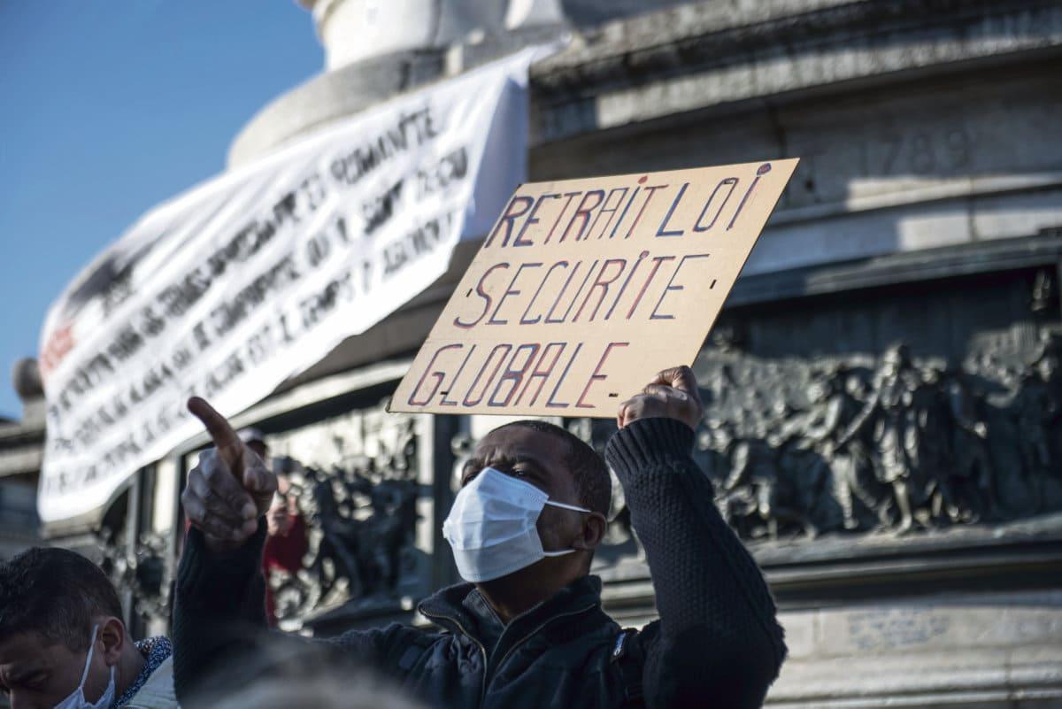 Главы групп парламентского большинства после совещания в Елисейском дворце 30 ноября объявили прессе о том, что ст. 24 закона о безопасности будет переработана. Правда, никаких обещаний того, меры, которые она содержит, будут отменены.