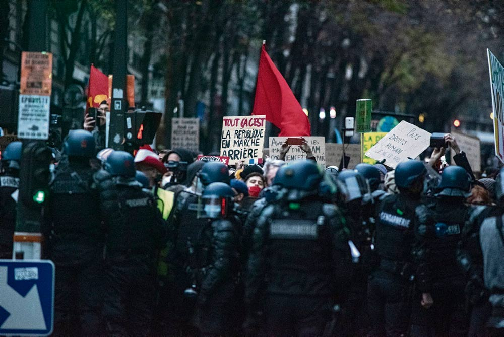 Десятки тысяч человек по всей Франции вышли на акции протеста против этого закона, нарушающего права и свободы человека. Участникам манифестации в Париже не позволили дойти до площади Республики: большое количество полицейских преграждало путь протестующих. Дошло до применения насилия.