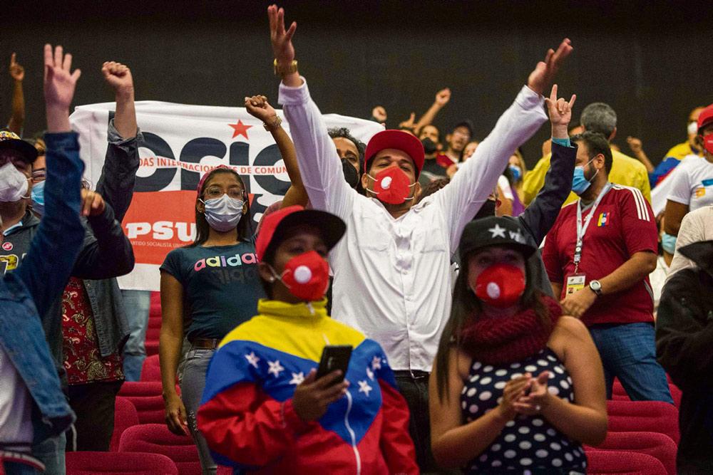 Единая социалистическая партия Венесуэлы, возглавляемая президентом страны Николасом Мадуро, получила абсолютное большинство мест в парламенте по итогам выборов, которые подверглись бойкоту со стороны части оппозиционных сил и отличились большим процентом неучастия.