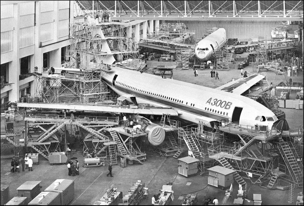 Европейская авиастроительная компания Airbus отмечает пятидесятилетний юбилей. Холдинг, созданный в 1970 году на волне промышленного и коммерческого роста, сегодня переживает непростые времена в условиях санитарного кризиса и страдает от стратегии руководства, которое ставит его финансовую рентабельность выше первоначально заявленных ценностей.