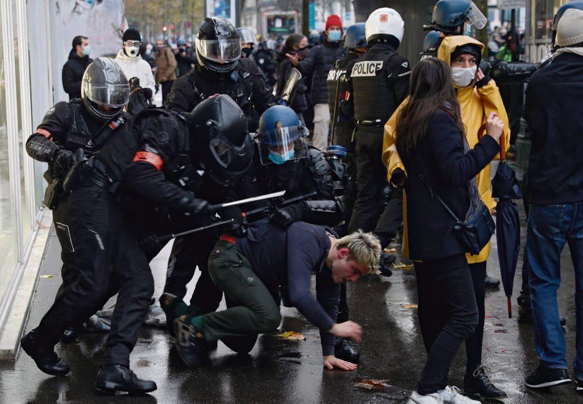В понедельник 14 декабря восемь молодых людей предстали перед парижским судом по подозрению в насилии по отношению к полицейским во время субботнего шествия против законопроекта «О глобальной безопасности».