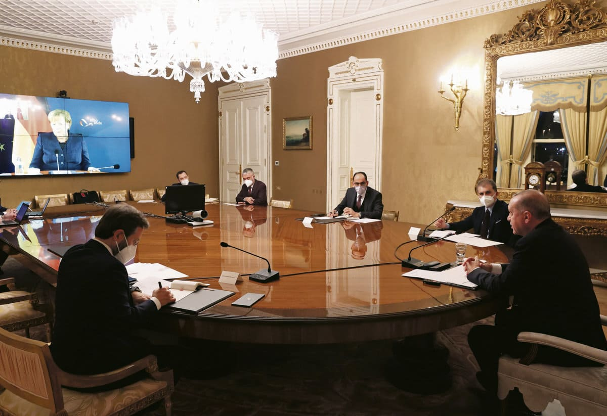 Через неделю после того, как Евросоюз ввёл санкции в отношении Турции, президент этой страны одержал сразу две победы: он получил 6 миллиардов евро на беженцев и пообщался в формате видеоконференции с канцлером Германии Ангелой Меркель. Макрон остался не у дел.