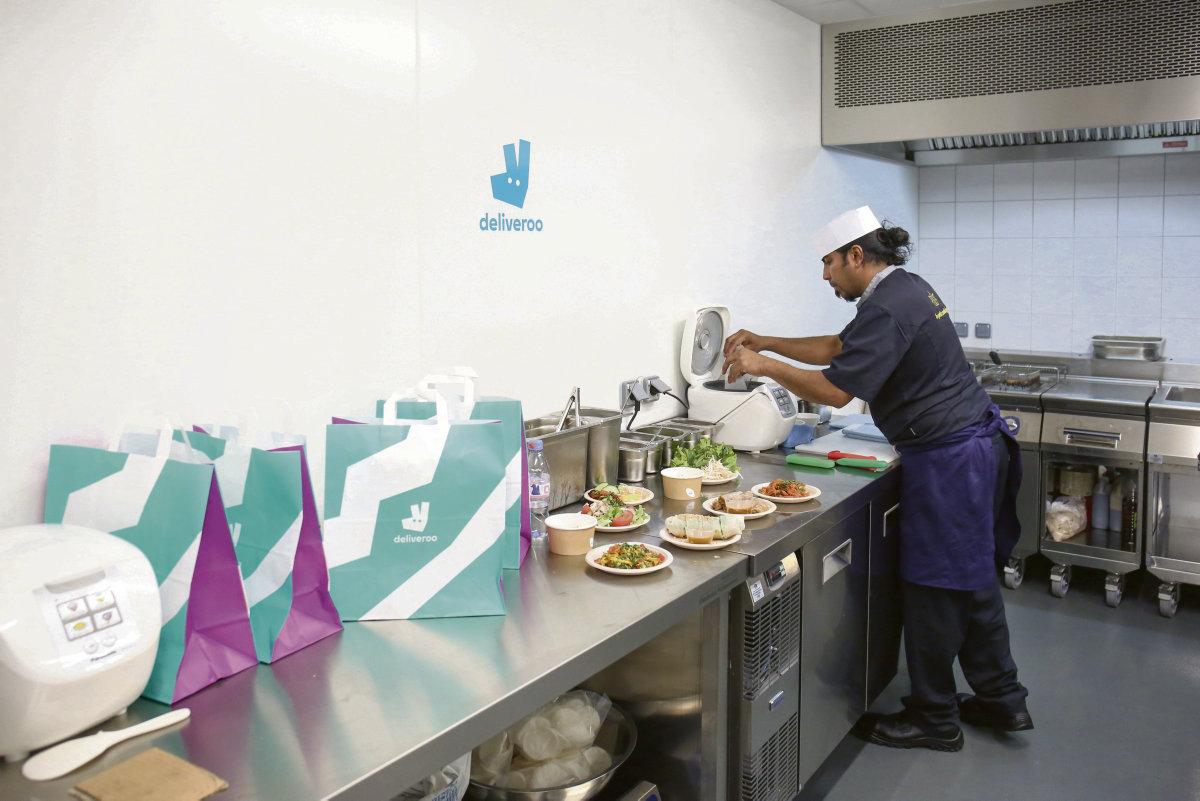 Феномен под названием «dark kitchens» получает всё большее распространение. «Тёмные кухни» появляются десятками. В таком формате работы повара готовят блюда конвейерным способом и подвергаются эксплуатации. Затем эти блюда развозят доставщики, труд которых оплачивается сдельно.