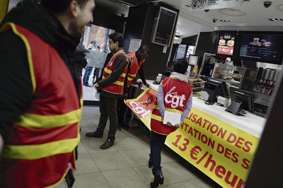 В среду трое сотрудников, уволенных из ресторана на бульваре Мажента в Париже, обратились в суд по трудовым спорам, надеясь добиться восстановления на работе. Они утверждают, что руководство притесняет профсоюзных активистов и предъявляет им ложные обвинения.