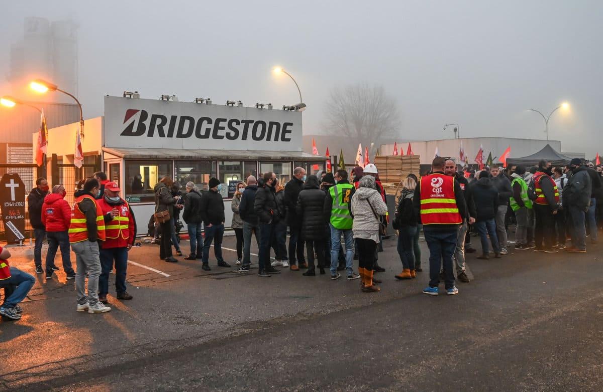 После того как руководство подтвердило своё решение закрыть это предприятие по производству шин, работники объявили забастовку. По призыву профсоюзного объединения, 27 ноября они перекрыли вход на объект.