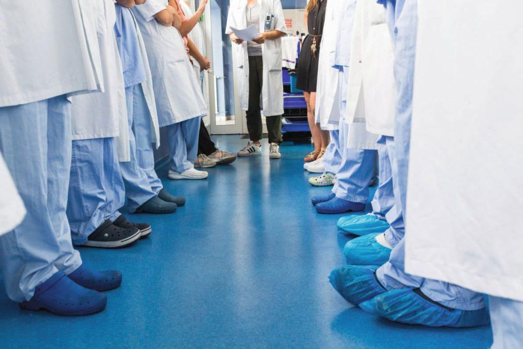 8 800 новых интернов, делавших первые шаги в профессии в период пандемии, на себе испытали ухудшение условий труда в больницах. Испытывая смешанные чувства, некоторые из них согласились рассказать о непростом переходе от теории к практике.
