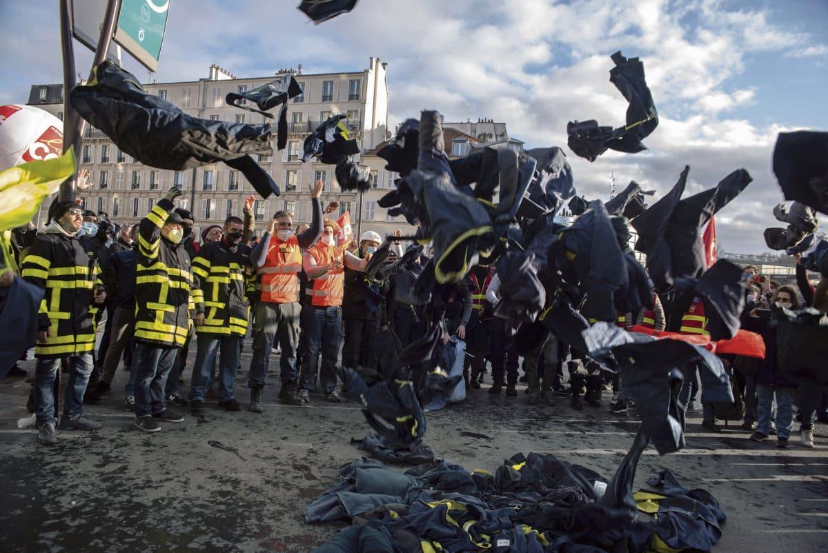 17 декабря работники энергетической отрасли провели протестную акцию против продажи по частям государственного предприятия. На акции присутствовал глава Французской компартии Фабьен Руссель.