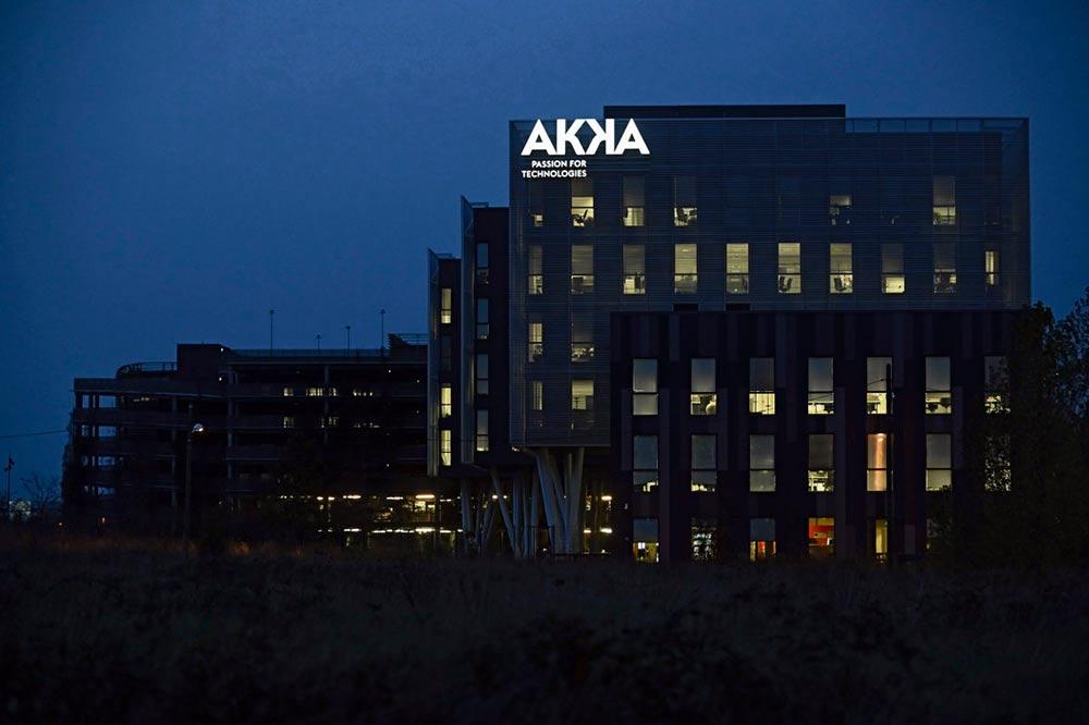Инженерно-конструкторская компания Akka только что объявила о плане сокращения 900 рабочих мест. Это уже далеко не первое сокращение. Тем временем, государство выделило 15 миллиардов евро для оказания помощи сектору.
