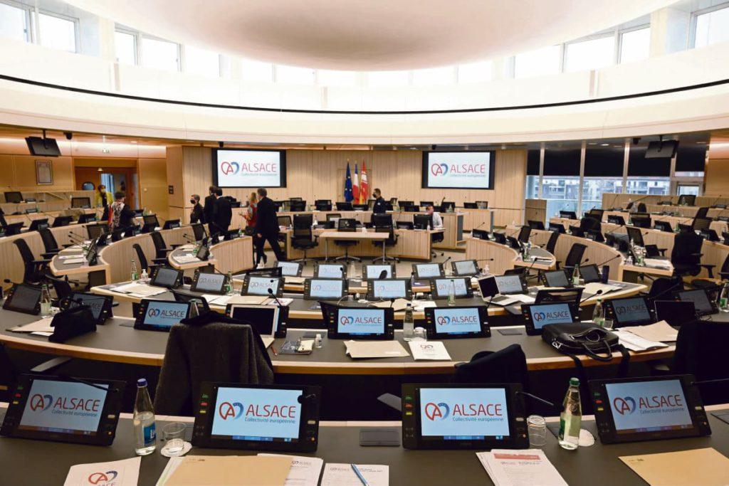 На минувших выходных в результате объединения советов департаментов Верхнего и Нижнего Рейна осуществился проект создания Эльзасского европейского территориального образования. Был избран его первый президент – представитель партии LR Фредерик Бьерри.