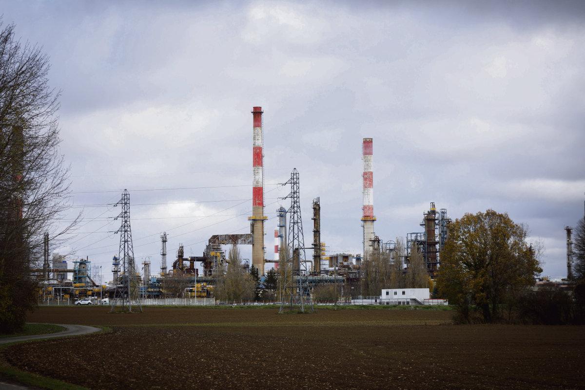На предприятии идёт подготовка к остановке технологического оборудования в связи с перепрофилированием нефтеперерабатывающего завода. Тем временем с 4 января многие рабочие не выходят на работу.