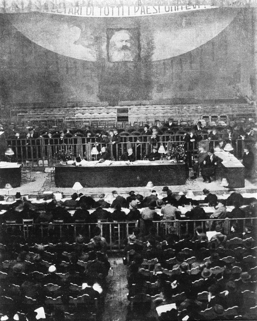 21 января 1921 года на XVII съезде Итальянской социалистической партии делегаты-коммунисты покинули собрание под пение «Интернационала». Итальянская коммунистическая партия (ИКП) ещё находилась в самом начале своего формирования, но через год к власти придут фашисты.
