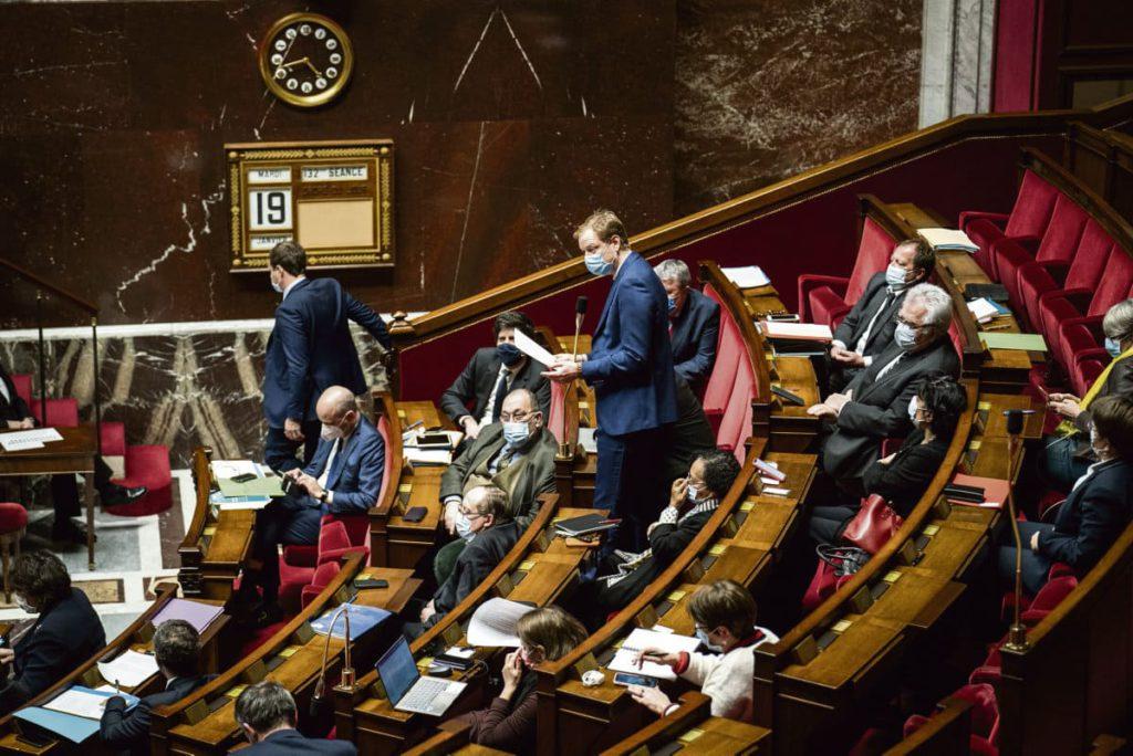 В пятницу депутатская комиссия должна была завершить рассмотрение законопроекта «об укреплении республиканских принципов». Правые депутаты набивали цену, а левые критиковали.
